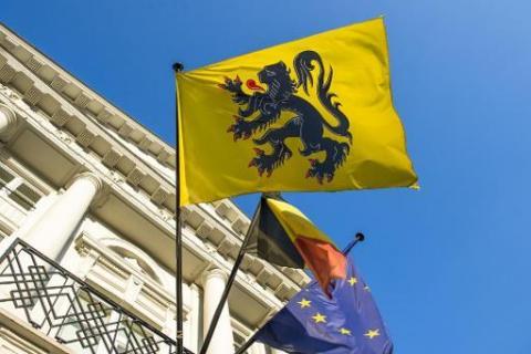 Vlaamse, Belgische en Europese vlag naast elkaar