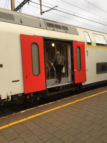Oude man stapt op trein