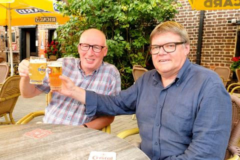 Johnny en Ludwig gezellig op een terrasje met een fris pintje