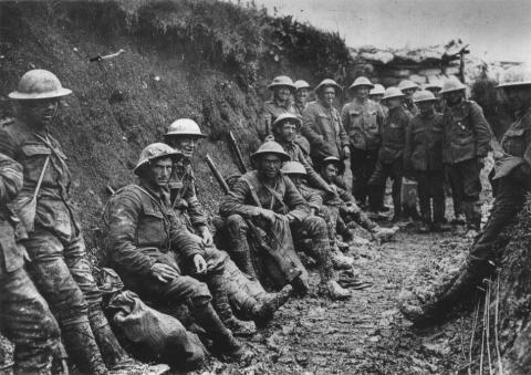 Royal Irish Rifles in een loopgraaf tijdens de Slag aan de Somme. (waarschijnlijk 1st Battalion, Royal Irish Rifles (25th Brigade, 8th Division)).