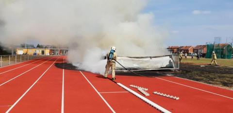 Brandweermannen proberen het vuur onder controle te krijgen.