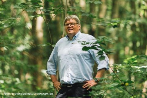 Ludwig staat in een bos