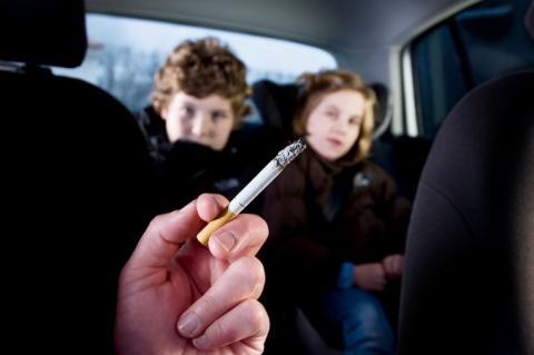 Kinderen in de auto met roker