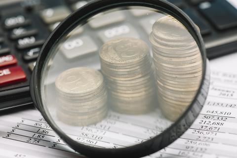 Telmachine en munten onder een vergrootglas