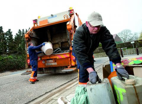 vuilnismannen halen vuilnis op in sint-truiden